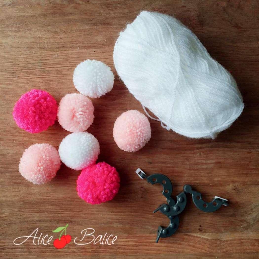alice balice | mobile bébé | pompons | cadeau de naissance | trousseau de naissance | jouet | puériculture